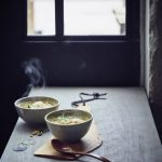 Zuurkoolsoep met zalm-kerveldumplings uit Zuur